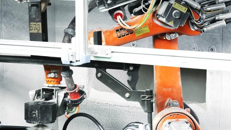 库卡 KR 16机器人在喷涂作业