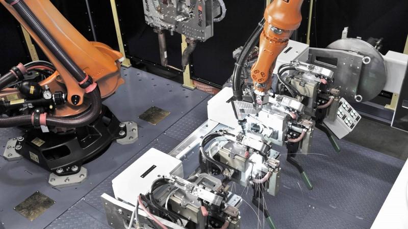 库卡机器人在紧凑通用单元中进行焊接工作
