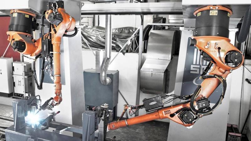 KUKA KR 30-L16机器人在进行焊接工作