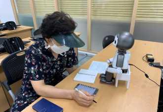 首尔助力老年人——机器人教师正式上岗
